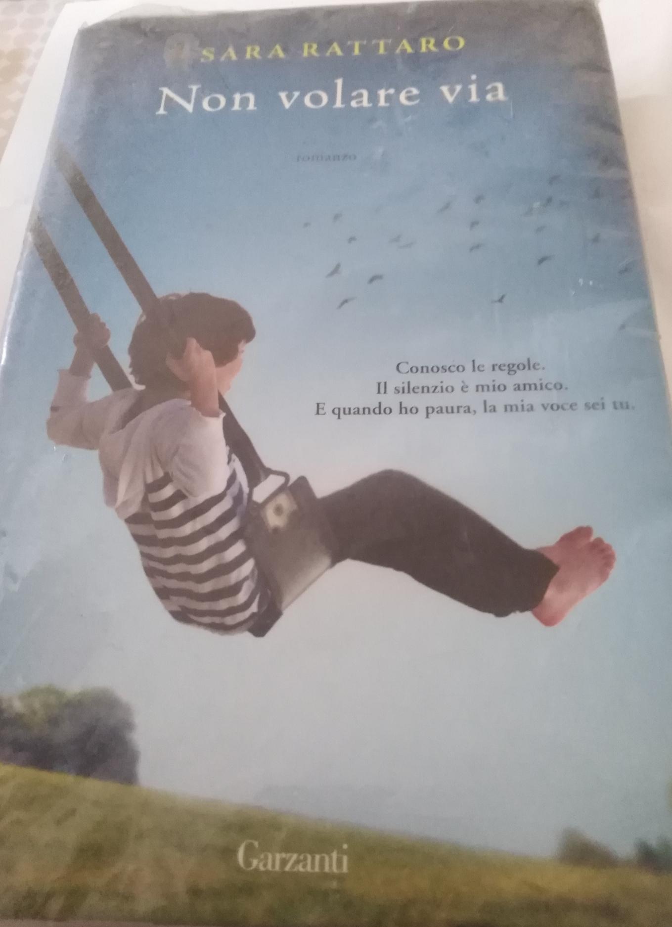 """""""Non volare via"""" di Sara Rattaro: un libro sulla disabilità e sull'amore - Featured image"""